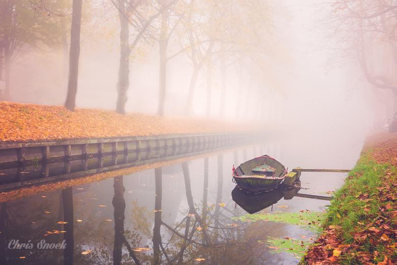 Herfst & Mist II - Rustgevend sfeerbeeld van een bootje of sloep in dichte mist. Prachtige herfstkleuren komen toch nog door de mist schemeren.