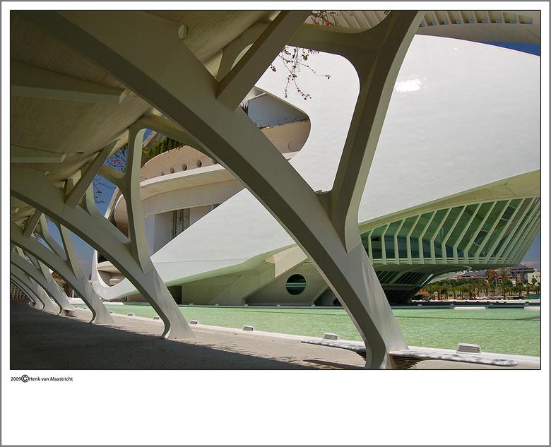 Valencia 9 - Stukje operahuis,hier ergens kwam ik Fred zijn broer tegen.Leuke bankjes te zien