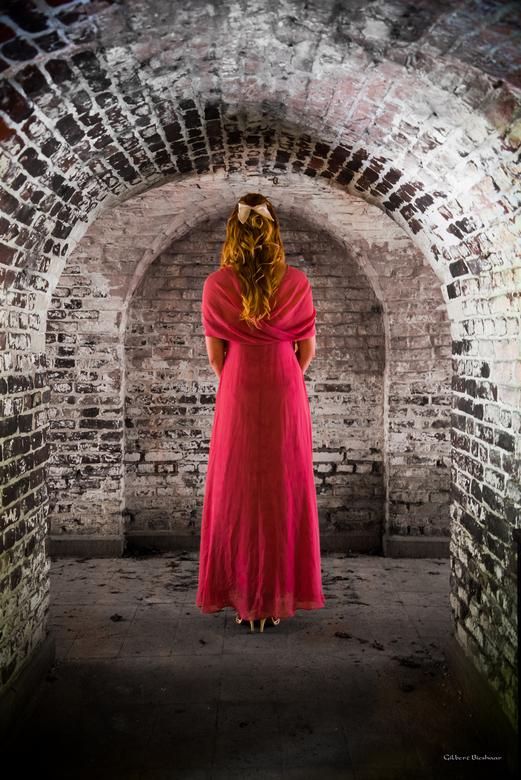 dead end - Dame in een grot op het dode eind