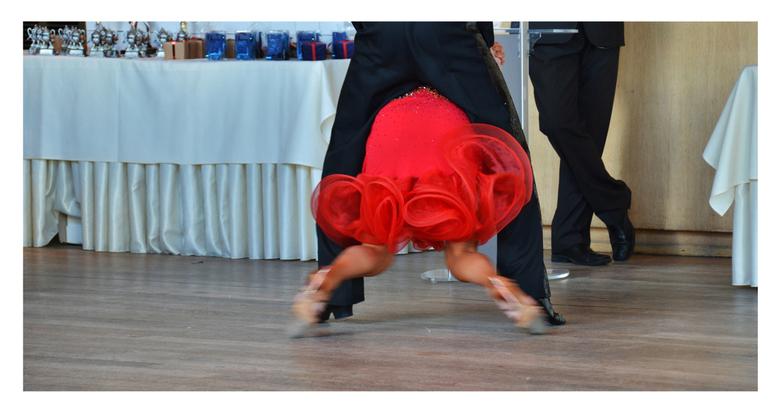 de danswedstrijd  - Ik was vooral gefascineerd door het benenwerk van het jurylid.