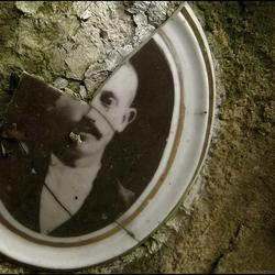 Gebroken portret op oud graf