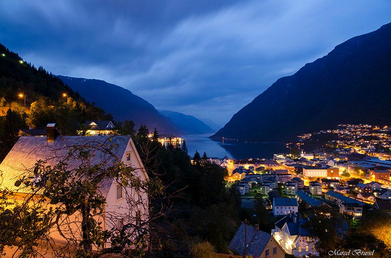 Odda by night - De Noorse stad Odda.Overdag vindt ik het een slapende stad maar in de avond toch wel een beetje spectaculair.