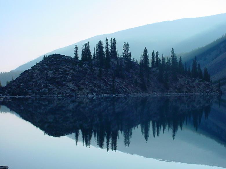 """Moraine Lake Rock Pile - Deze foto is gemaakt bij Moraine Lake in de Rocky Mountains. De berg puin met de sparren erop heet """"Rock Pile"""". In"""