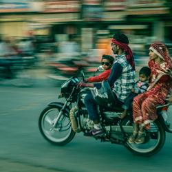 Heel het gezin op de brommer in Jaipur, India