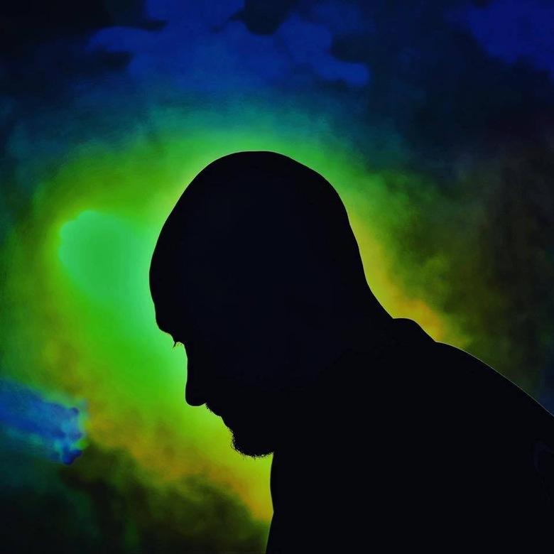 Silhouet van Dj  - Deze foto heb ik een tijd terug gemaakt voor een Dj hier in de buurt. Veel tegen licht, maakte het silhouet helemaal compleet.