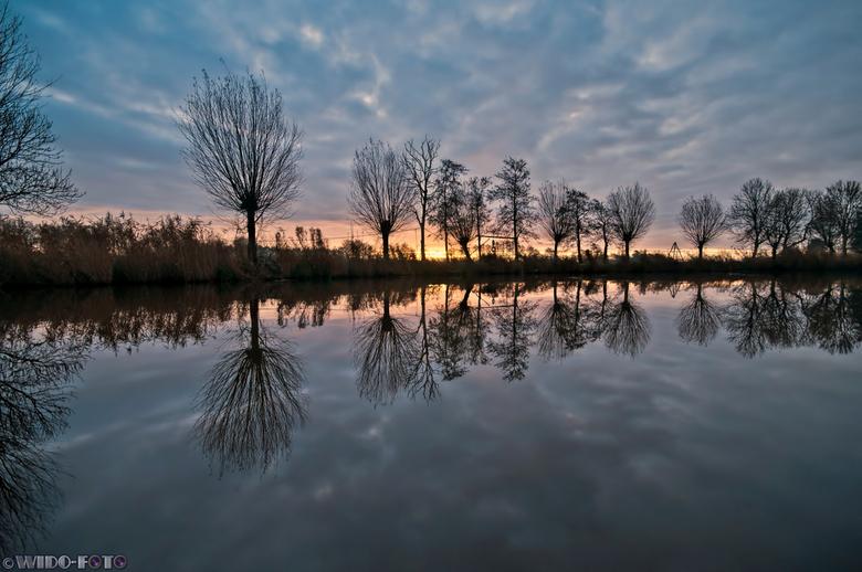 Spiegeling - Zonsopkomst bij Boerakker (Groningen) <br /> Volgens de regel van derden de horizon niet in het midden, maar bij deze vond ik het juist