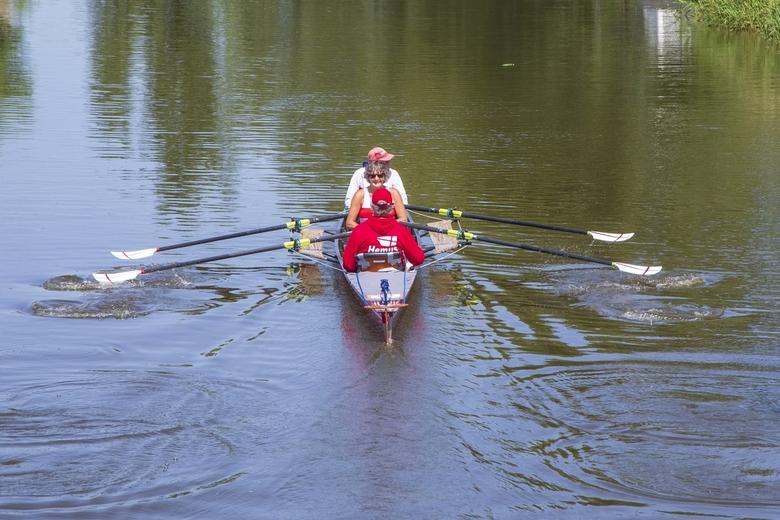 Elfstedenroeimarathon 5 - Hemus Eco uit Amersfoort. Mijn oudste zoon op de rug gezien vanaf de brug in Hichtum over de Harnzer Feart.