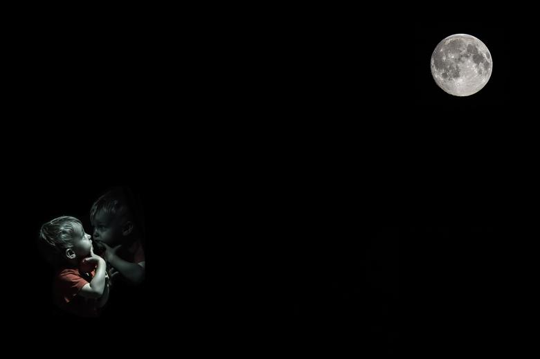 """Zoontje + maan - mijn zoontje vind de maan nogal mooi <img  src=""""/images/smileys/smile.png""""/> &quot;Mysterious Moon&quot;"""