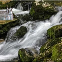 Waterval met kerk
