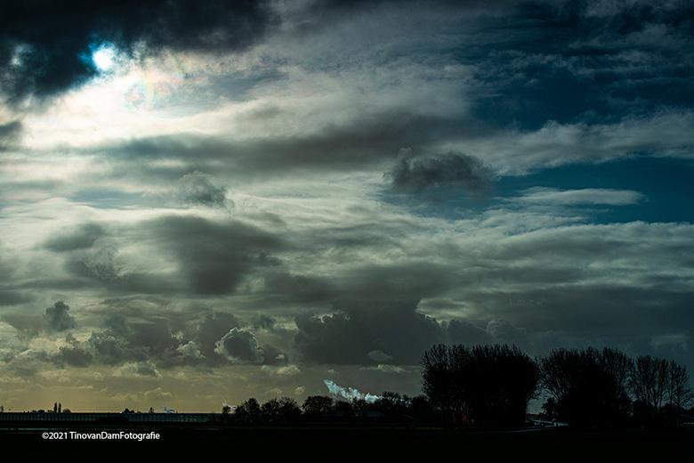 Cloudzzzz - In de polder in Delfland. Snijdend windje maar prachtige wolken. Met dank aan n gradual filter is dit n mooi plaatje geworden.
