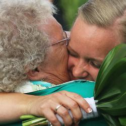 Oma (85) met kleinkind op haar bruiloft in Canada