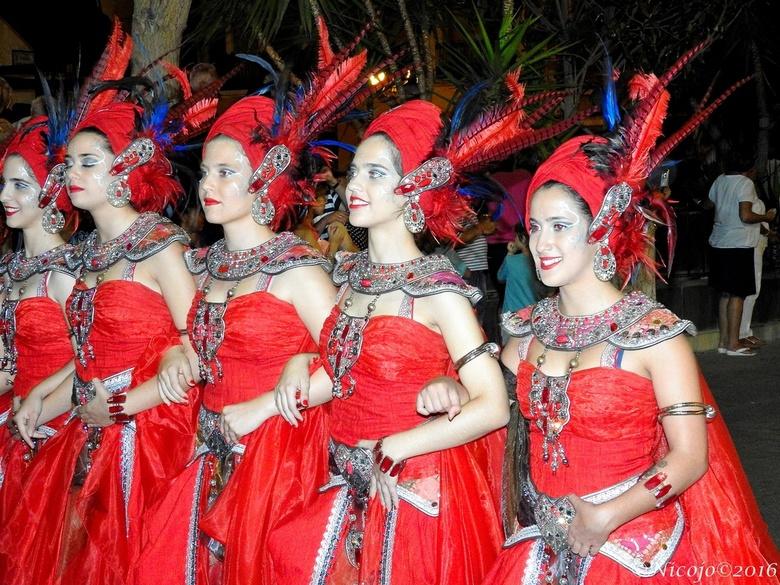 Spaanse feesten...... - ......in Hondon, een klein dorp maar feesten kunnen ze wel. Dit jaar voor het eerst een optocht van Moren en Christenen, een f