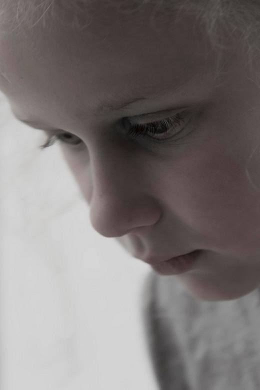Troubled eyes - Soms zit er een waas voor je ogen, <br /> terwijl je alles helder ziet. <br /> Niks is zo erg,<br /> als je kind haar verdriet.<br