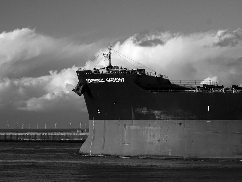 Schepen tussen de pieren - Dit schip verlaat de haven. En vaart zo de Noordzee op. Onderweg naar onbekende bestemmingen en een Zonsondergang tegemoet.