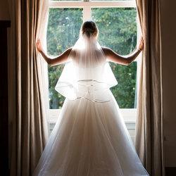 Bruidje bij het raam