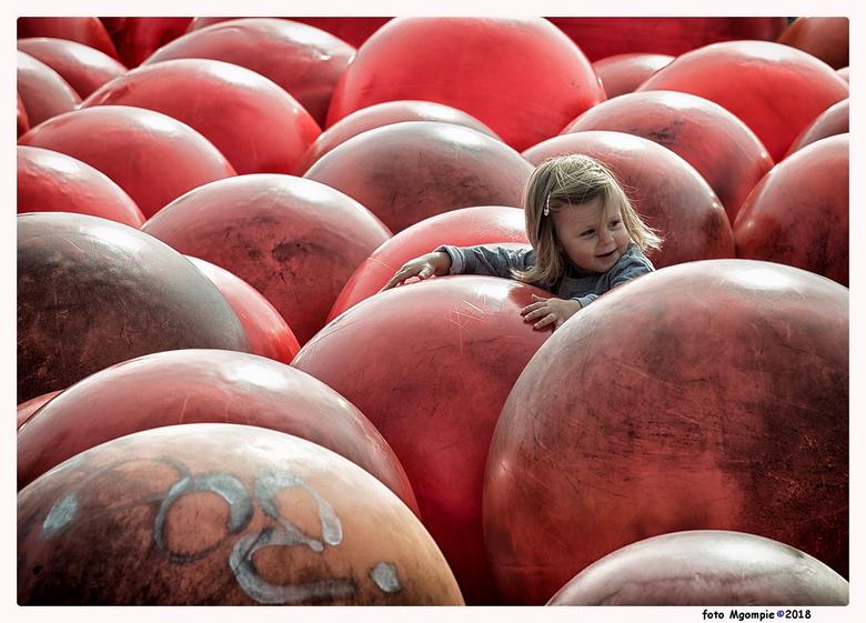 """Balls - Stukje straatfotografie deze keer. <br /> <br /> Bedankt voor de reacties op <a href=""""https://zoom.nl/foto/macro/icarus.2995812.html?object="""