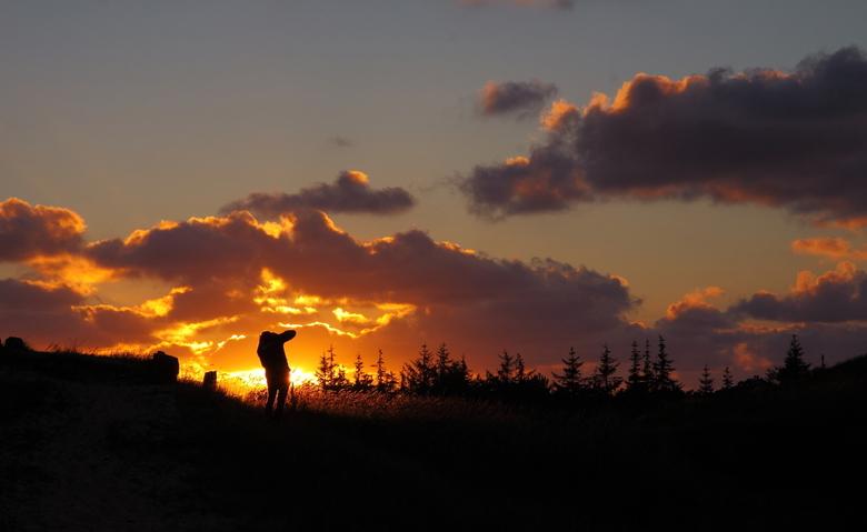 Wie schiet het mooiste plaatje van de zonsondergang? - Bij de Arjensduin werd de zonsondergang vaak gefotografeerd. Ook door deze collega fotograaf.