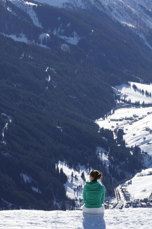 eenzame diepte - Deze foto genomen tijdens wintersport, het lijkt alsof zij op de rand van een steile helling zit. In werkelijkheid valt dit erg mee.