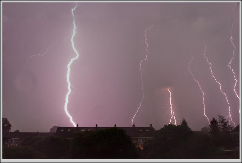 blikskaters  - enkele foto's van een onweersbui op elkaar geplakt, een enkele regendruppel op de lens is een beetje zichtbaar