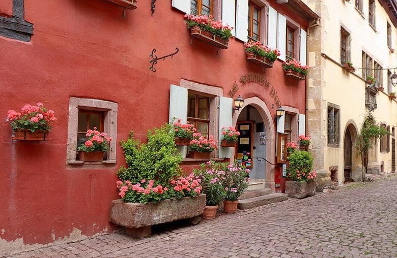 Riquewihr Elzas Frankrijk. - Riquewihr is bekend van zijn gekleurde vakwerkhuizen en gezellige pleintjes.<br /> <br /> 17 juni 2017.<br /> Groetjes