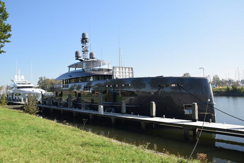 Yacht 1 : Erica - 2 Schitterende jachten gespot in de haven van Hellevoetsluis. Beide varend onder de vlag van de Kaaiman Eilanden en gebouwd door &qu