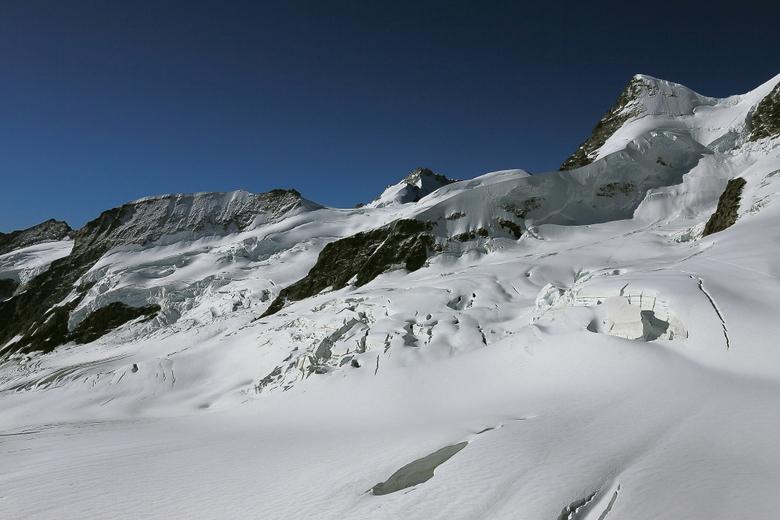eeuwige sneeuw - Uitzicht vanaf de Jungfraujoch.<br /> <br /> Bedankt voor de reacties op de foto kraai.<br /> <br /> Groet Roland