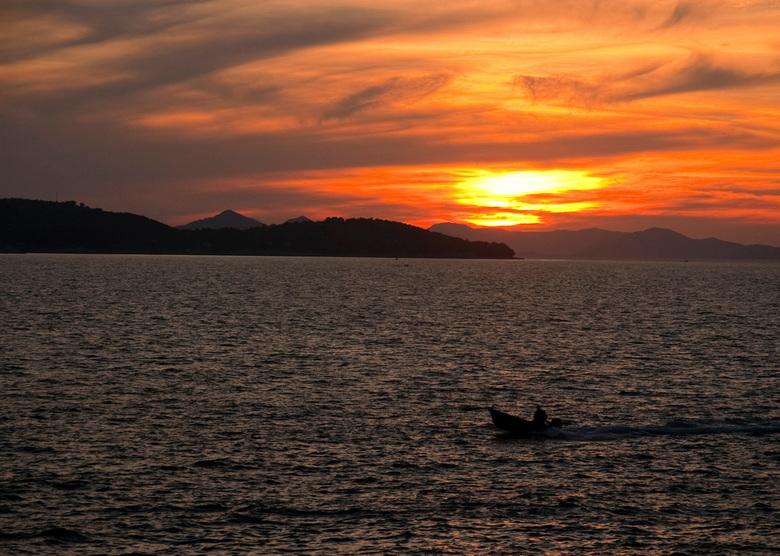 alone on the sea in a setting sun - Deze foto is ook gebruikt voor de cover van een boek waarvan mijn vrouw de auteur is