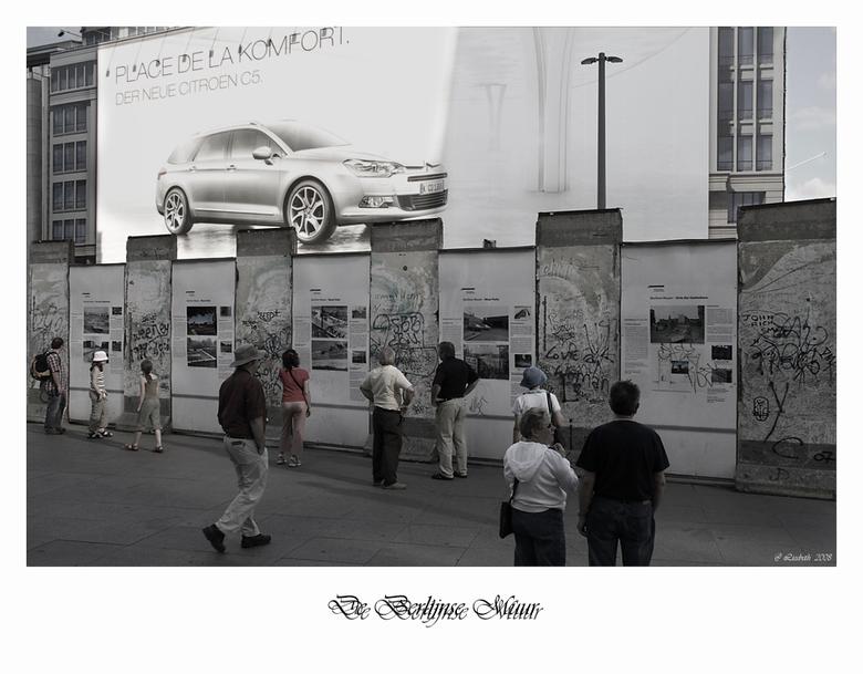 Berlijnse Muur - Hier gaan oud en nieuw samen.Midden in Berlijn staat nog steeds een stuk van de Muur daar waar Oost en West gescheiden waren, het was