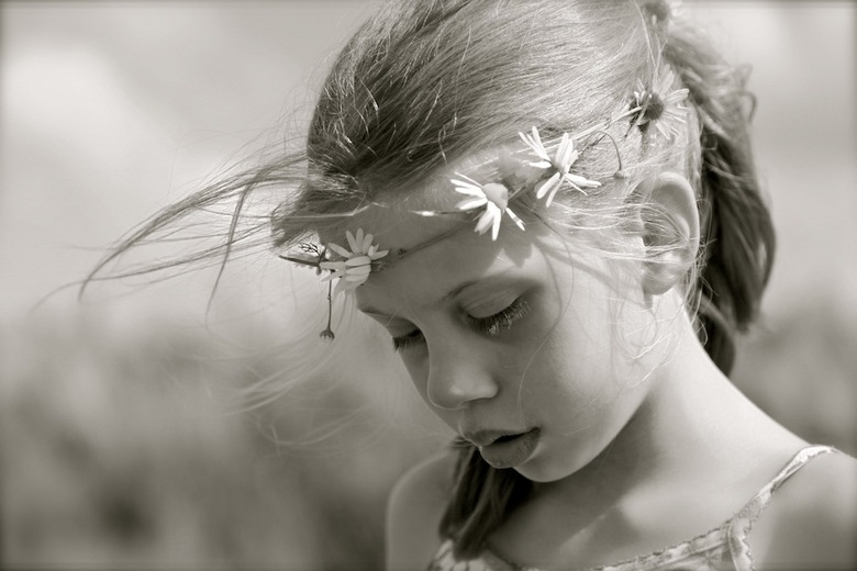 summer girl - Mijn dochter in de wei met madeliefjes in haar haar