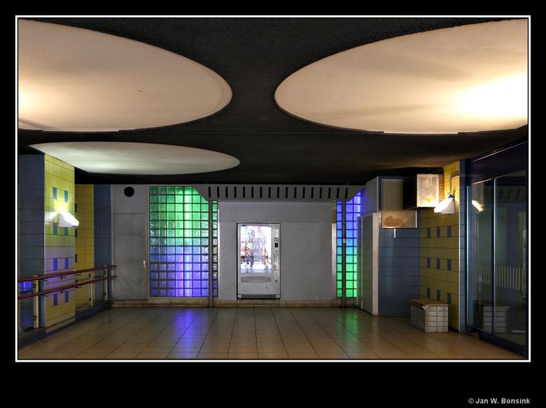 Rotterdam Blaak 3 - Het plafond geeft een beetje sciencefiction achtige indruk, samen met de kleurtjes op de wanden.<br /> <br /> Iedereen weer beda