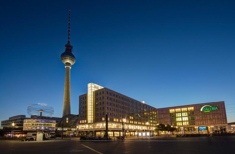 Berlijn Alexanderplatz met Weltzeituhr en Fernsehturm avond - Berlijn Alexanderplatz met Weltzeituhr en Fernsehturm avond
