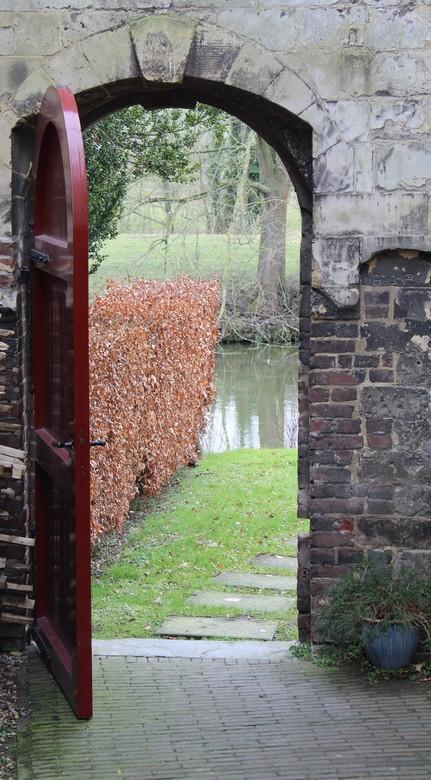 Doorkijkje - Doorkijkje in de tuinen bij Brasserie Schaloen, deze behoort bij Kasteel Schaloen.