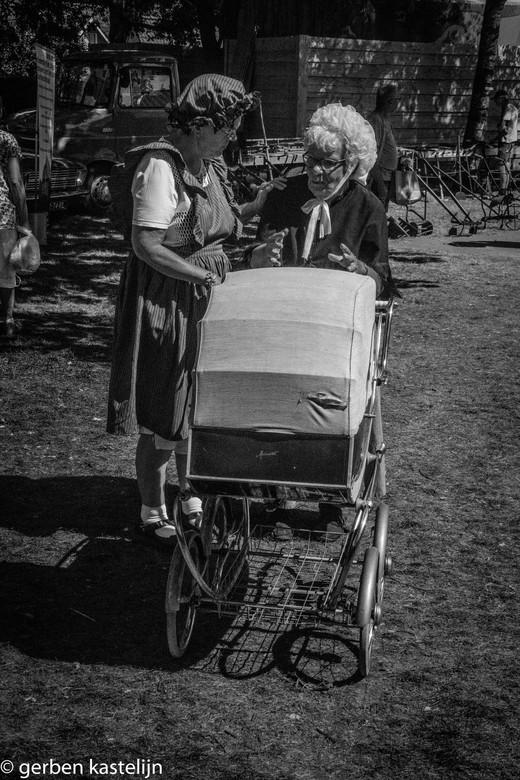 kinderwagen - oma en haar kind in de kinderwagen