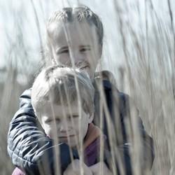 Kinderen in een rietveld