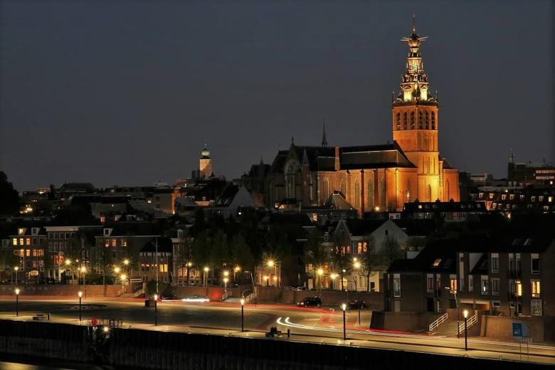 Nijmegen aan de Waalkade in avondlicht - Nijmegen is, zeker in de avonduren, een fotogenieke stad