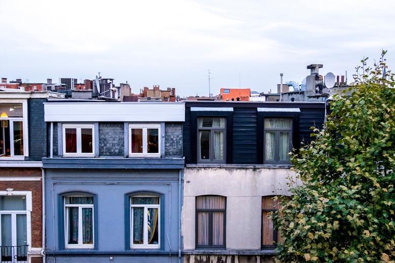 Het stadsleven - Geen architecturaal pareltje, wel de onverbloemde waarheid van een stadszicht in een woonwijk.
