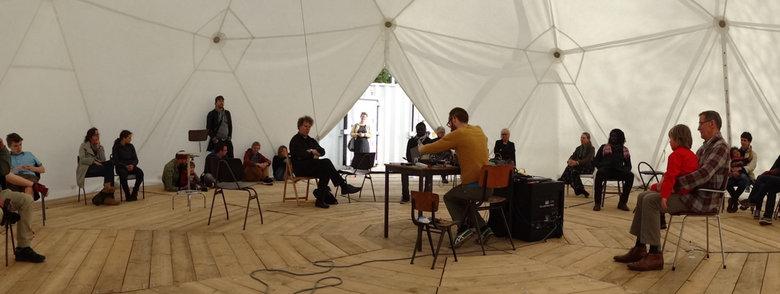 Optreden van 'Machinefabriek' - &#039;Machinefabriek&#039; speelt alternatieve muziek op de Binnenplaats Koningsweg in Deelen.<br /> (www.machinefabr