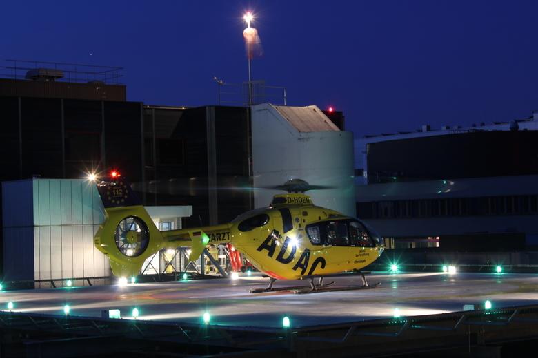 Christoph Europa 2 tijdens nachtelijke landing op het ziekenhuis van Enschede - Christoph Europa 2 uit het  Duitse Rheine tijdens een nachtelijke land