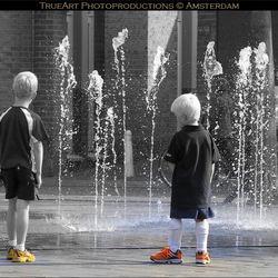 Jongetjes, schoenen en een fontein