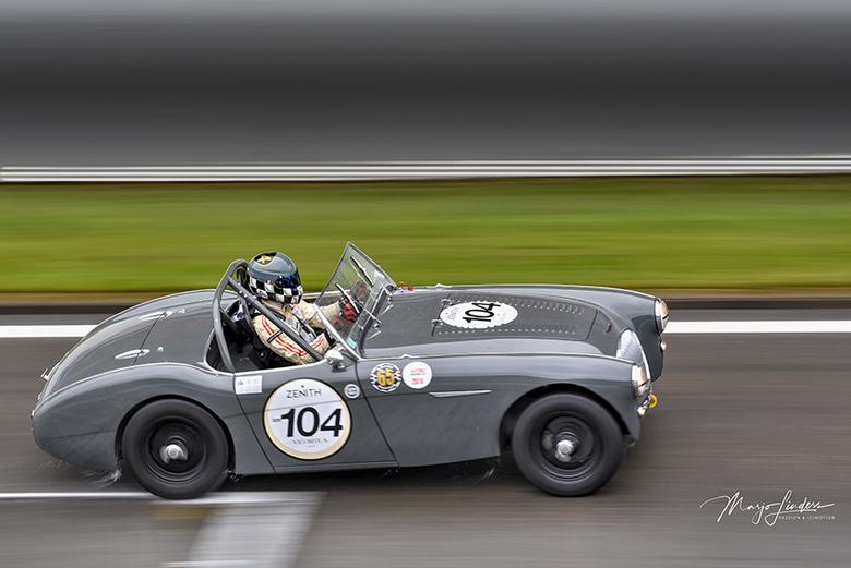 Austin Healey - Een Austin Healey met open dak zie je niet vaak op het circuit. De helm viel mij ook gelijk op ! Geweldig !  #passie