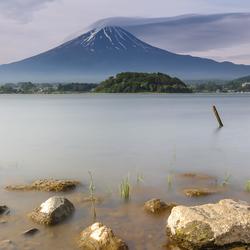 Mount Fuji in Japan met lake kawaguchi op de voorgrond