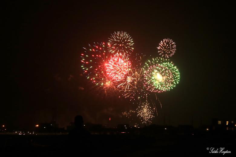 Vuurwerkshow Harlingen (1) - Met een mooie vuurwerkshow werden de visserijdagen in Harlingen gisteravond afgesloten.