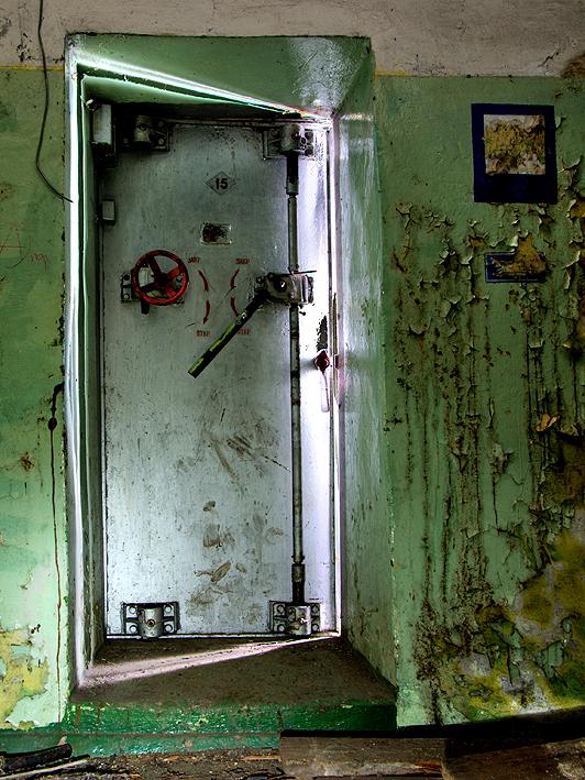 De Laatste deur 003 - Hier zien we de personeelsingang van de voormalige Russiese Atoom bunkers, Type 941 in de omgeving van de voormalige vliegbasis