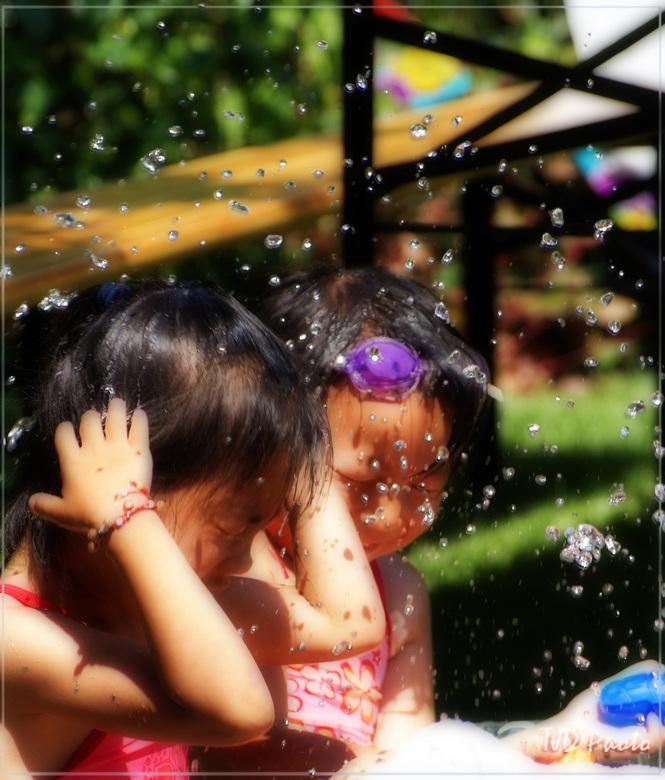 Spelen met water en het Orton effect - Ik heb deze foto van mijn dochter en een vriendinnetje gemaakt terwijl ze in een klein badje zaten te spetteren