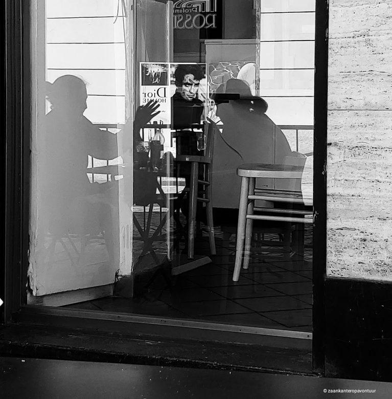 Meisjes in gesprek  - Ik zat op een terrasje in Turijn toen viel mijn blik op de spiegeling van de meisjes in het raam. En net dat ik afdruk lijkt het