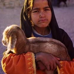 Bedoeiën meisje met geit / schaap
