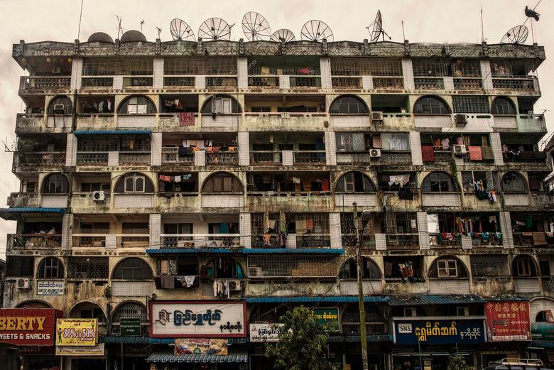 Yangon (Rangoon) - Yangon, Burma. Praktisch om de hoek van het enorme goudkleurige Schwedagon pagoda staat deze aantrekkelijke flat, helaas niks meer