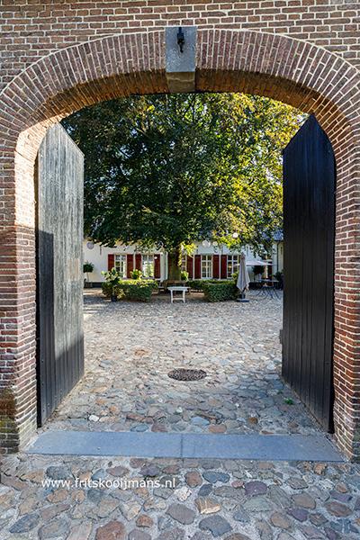 Binnenplaats kasteel Tongelaar in Mill - 20200822 8006 Binnenplaats kasteel Tongelaar in Mill