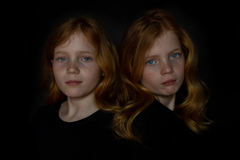 Twin... - Op mijn zolderraam het oefenen geweest met zwarte achtergrond en natuurlijk licht foor het zolderraam. Dit zijn mijn 2 lieve dochters. Zo bi