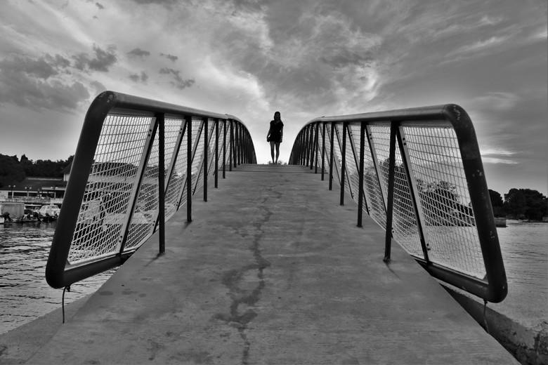 """Op de brug - Door de knieën moeten zakken voor een prachtig plaatje met lijnen toewerkend naar het mooiste onderwerp van de wereld. <img  src=""""/images"""